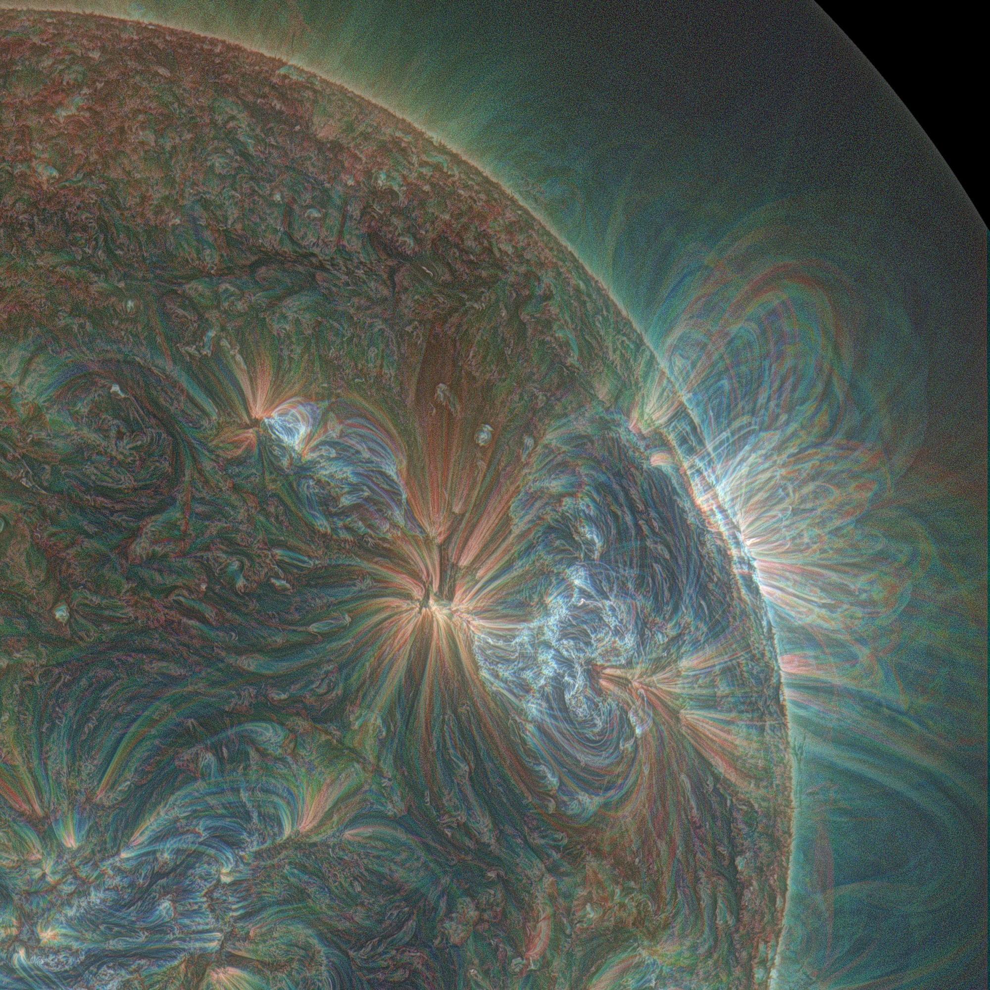 Эта красивая фотография Солнца в ультрафиолетовом диапазоне была получена сложением трёх по-разному раскрашенных снимков, отображающих волны разной длины (Alzate / SDO).