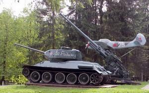 Самолёт, танк и зенитка в посёлке Хвойный