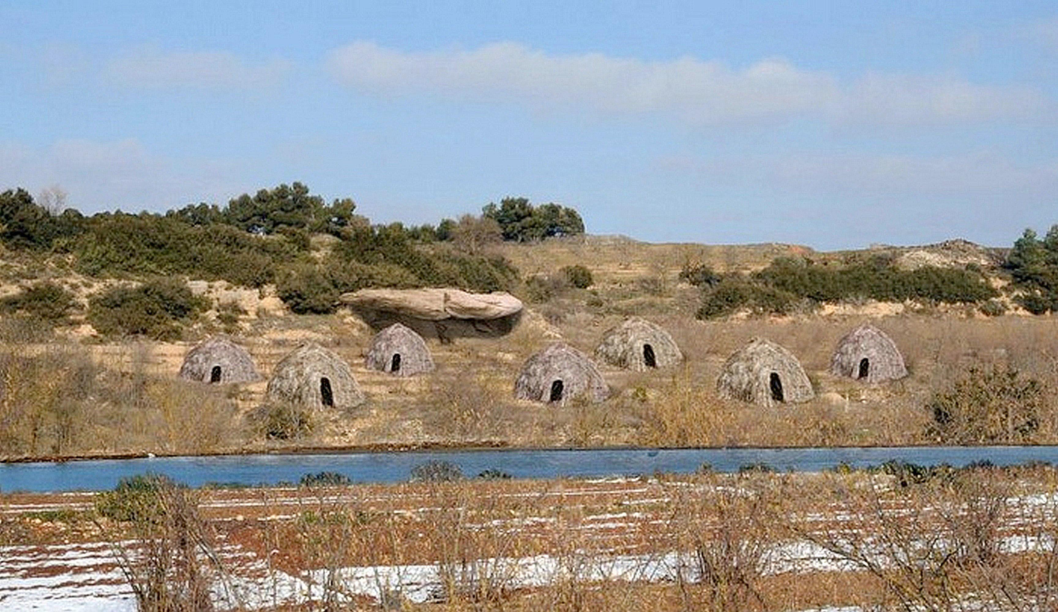 Камень с процарапанным на нём 13 тысяч лет назад рисунком предположительно семи хижин (сверху; показана одна из хижин) и выполненная по нему реконструкция. Первое в истории изображение жилища. Археологический комплекс Моли дель Сальт, восточная Испания (hominides.com).