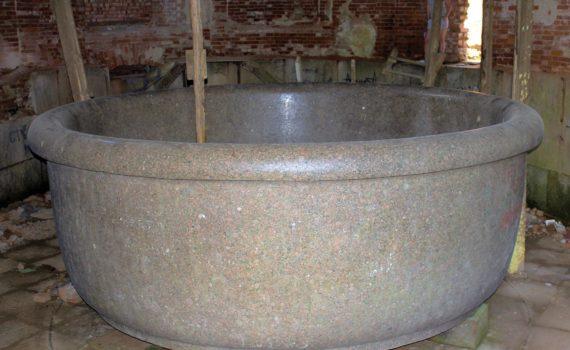 Царь-ванна в полуразрушенном ванном павильоне Баболовского дворца в Царском Селе. Фото: В.П.Столбова.
