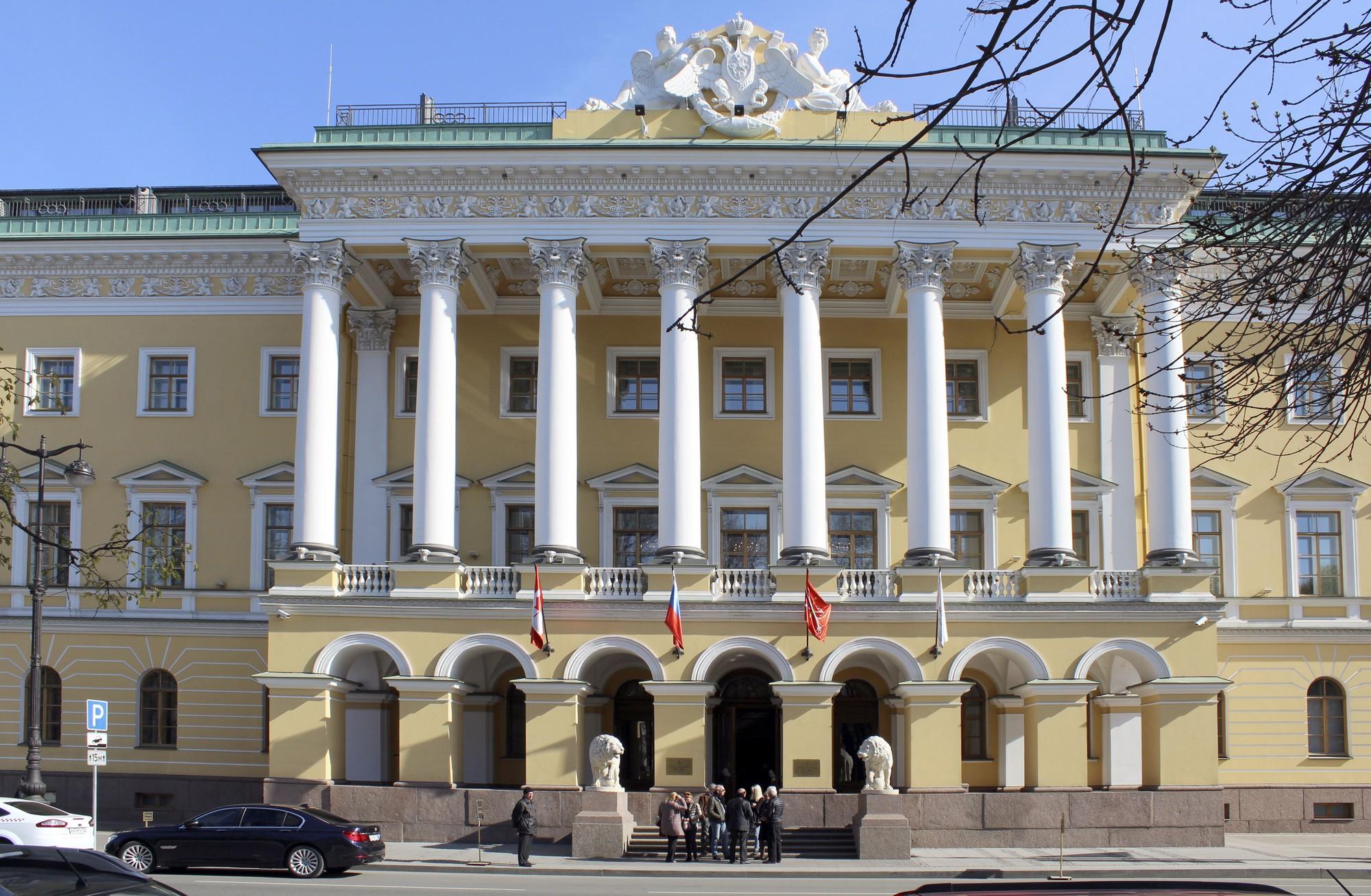 Главный фасад «дома со львами», обращённый в сторону Адмиралтейства. Фото: В.П.Столбова.
