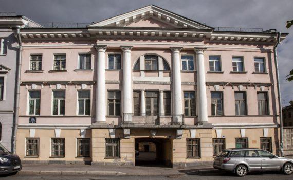 Лицевой фасад главного корпуса. Фото: Г.Н.Попов, 2018 г.
