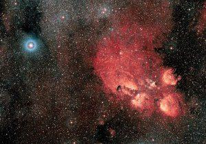 Тройная звезда Глизе Глизе 667 (23 световых года от нас) с планетами в зоне обитаемости и область активного звёздообразования Кошачья лапа (5,5 тысячи световых лет от нас) в созвездии Скорпиона. Снимок Европейской южной обсерватории (ESO / Digitized Sky Survey 2).