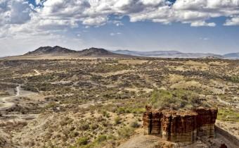 Ущелье Олдувай на севере Танзании, Восточная Африка. Здесь сделано множество основополагающих находок ископаемых родственников человека (Noel Feans, wikipedia.org).
